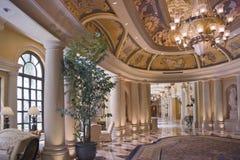 Couloir classique de luxe et lustre fleuri Photographie stock