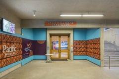 Couloir coloré à l'intérieur de du Musée d'Art d'Oakland image libre de droits