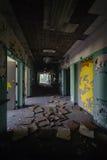 Couloir désolé et détérioré avec des tuiles de plafond - hôpital abandonné Image libre de droits