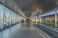 Couloir d'aéroport avec la marche de personnes Photos stock