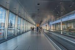 Couloir d'aéroport avec la marche de personnes Images libres de droits