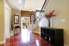 Couloir d'entrée avec le coffret et les fleurs décoratives photo libre de droits
