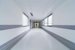 Couloir d'hôpital de tache floue de mouvement Image stock