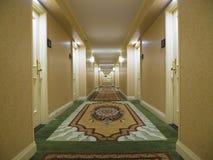 Couloir d'hôtel avec le tapis intéressant Image libre de droits