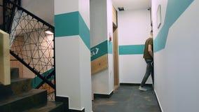 Couloir d'immeuble de bureaux au cours de la journée avec passer des personnes Vidéo de laps de temps clips vidéos