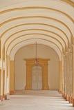 Couloir d'un cloître dans l'abbaye cluny Photographie stock libre de droits