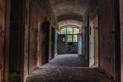 Couloir d'une institution psychiatrique abandonnée image stock