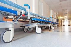 Couloir dans l'hôpital avec le chariot Image libre de droits