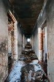 Couloir dans la maison abandonnée Photographie stock libre de droits