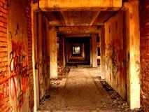 Couloir dans un bâtiment abandonné Images stock