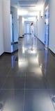 Couloir dans une construction d'hôpital Photographie stock libre de droits