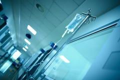 Couloir de bâtiment d'hôpital avec le sac intraveineux d'égouttement sur le stee images libres de droits