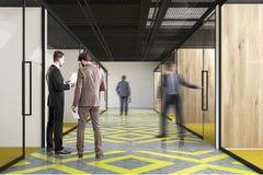 Couloir de bureau, jaune et gris, les gens Photos libres de droits