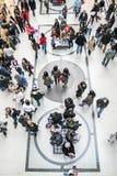 Couloir de centre commercial complètement des personnes Photos stock