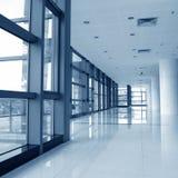 Couloir de l'immeuble de bureaux images stock
