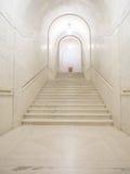 Couloir de marbre blanc dans le bâtiment de court suprême des USA photos stock