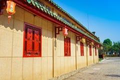 Couloir de passage couvert derrière les fenêtres rouges Images stock