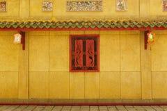 Couloir de passage couvert derrière les fenêtres rouges Image libre de droits