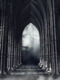 Couloir gothique sombre avec des colonnes photographie stock