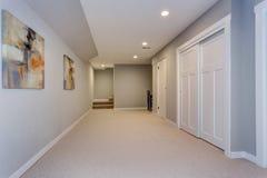 Couloir large du sous-sol à la maison images stock