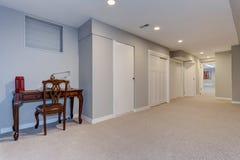 Couloir large du sous-sol à la maison image libre de droits