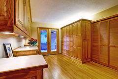 Couloir meublé avec la porte en verre à la plate-forme de débrayage photo libre de droits
