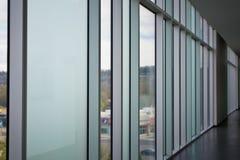 Couloir moderne de style dans un immeuble de bureaux photographie stock