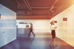 Couloir noir de bureau, réception en bois modifiée la tonalité Photos libres de droits