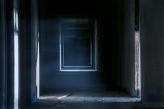 Couloir rampant de passage couvert de nuit dans le bâtiment abandonné images stock