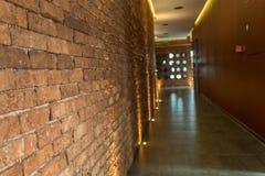 Couloir rustique ou de grenier de style de mur de briques dans un bâtiment moderne Photos libres de droits