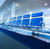 couloir spacieux bleu d'aéroport Photographie stock