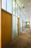 Couloir vide avec l'ensemble de trappes Image stock