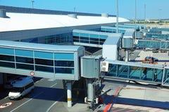 Couloirs pour des passagers dans des aéronefs à l'aéroport Photos libres de droits