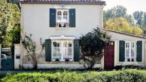 Coulon是公社在西法国 一个典型的法国房子 加拿大乡间别墅街道多伦多 免版税库存照片