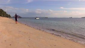 Coulpe romântico tem o divertimento na praia no por do sol filme