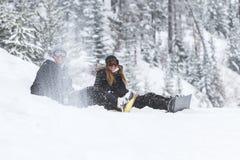 Coulple de snowboarding image stock