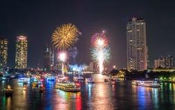 Count-downfeierfeuerwerke des neuen Jahres in Bangkok Stockbild