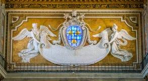 Counterfacade con los ángulos que apoyan el emblema de Barberini, diseñado por Bernini, en la basílica de Santa Maria en Ara Coel Fotos de archivo