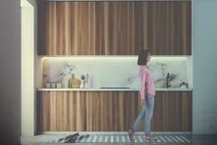 Counterops blancs et en bois dans la cuisine modifiée la tonalité Image libre de droits