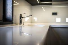 Countertop кухни в современной квартире Стоковое Изображение RF