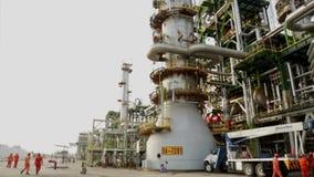 Countertopansicht von Raffinerietürmen und Yard mit Arbeitskräften stock video