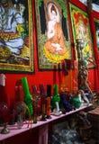 Countertopen med Chillum och målningar på natten marknadsför i Anjuna, Goa, Indien Royaltyfria Bilder
