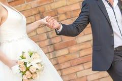 countour χέρια σχεδίων ζευγών που κρατούν το γάμο μολυβιών Στοκ Εικόνα