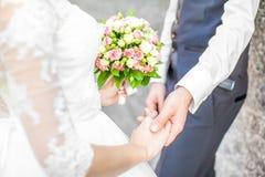 countour χέρια σχεδίων ζευγών που κρατούν το γάμο μολυβιών Στοκ φωτογραφία με δικαίωμα ελεύθερης χρήσης