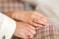 countour χέρια σχεδίων ζευγών που κρατούν το γάμο μολυβιών Στοκ εικόνες με δικαίωμα ελεύθερης χρήσης