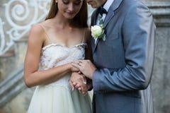 countourparteckningen hands holdingblyertspennabröllop fotografering för bildbyråer