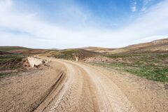 Free Country Dirt Road In Mountains Valley Royalty Free Stock Image - 175385796
