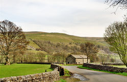 Country lane and barn in the Yorkshire Dales Stock Photo