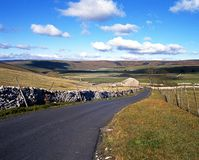Country road, Yorkshire Dales. Road with drystone walling leading to a farm, Yorkshire Dales, North Yorkshire, England, UK, Great Britain, Western Europe Stock Photography