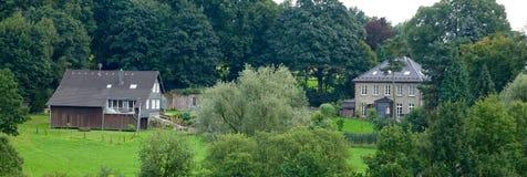 2 countryhouses между зелеными деревьями Стоковые Изображения